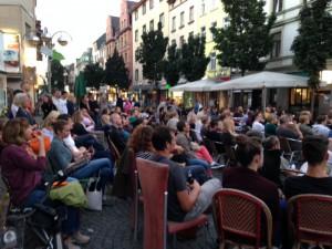 Bornheimer Open Air Kino auf den Stühlen von Wacker und Baguette Jeanette